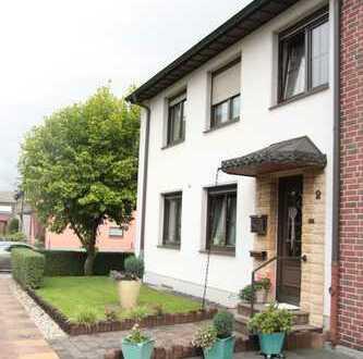 Schöne 3 Zimmer EG-Wohnung im 2 Familien Reihenendhaus mit grossem Garten und Garage zu vermieten