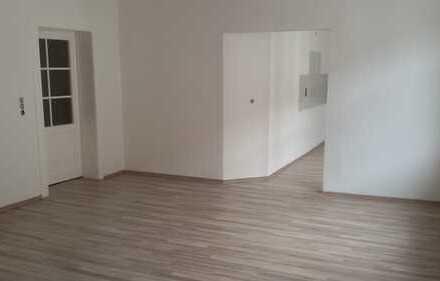 Neu gemalt und neuer Fußboden !