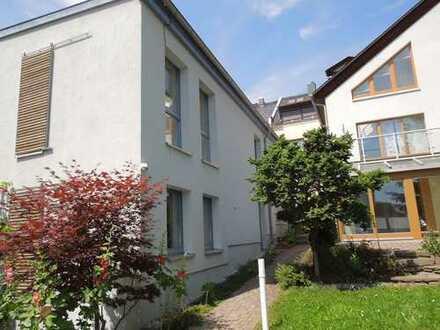 Atelierhaus mit architektonischen Details - Wohnen in ruhiger Hinterhauslage direkt im Zentrum