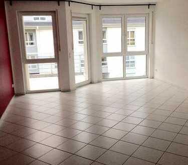 **Lichtdurchflutete 2 Zimmer Wohnung mit Balkon, Kamin & Fußbodenheizung**