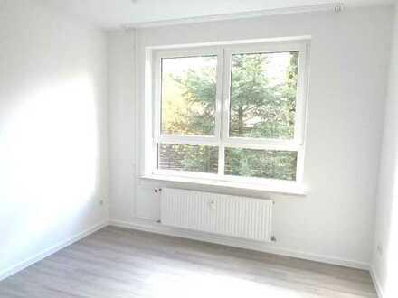 **Einzugsbonus: Eine Nettokaltmiete frei ! Frisch sanierte 2 x Zimmerwohnung mit eigenem Garten !*