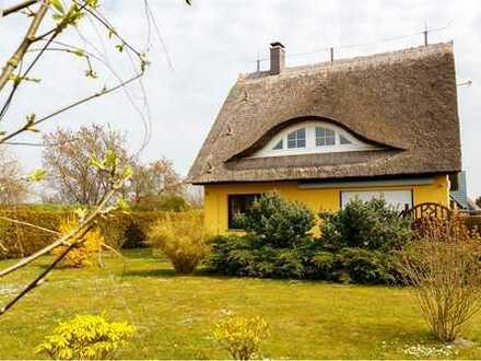 """Reetgedecktes Einfamilienhaus im früheren Fischer- und Bauerndorf Born, """"Haus Seewind"""""""