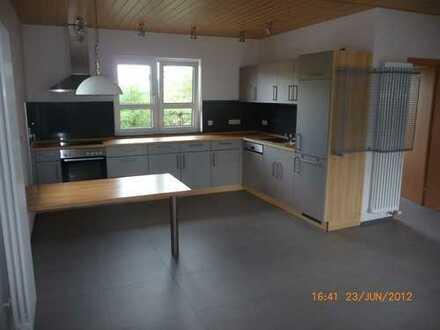 Neuwertige 2-Zimmer-Wohnung mit Terrasse und Einbauküche.