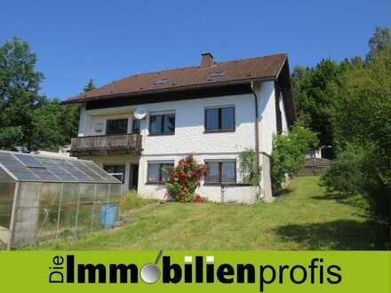 56017 Haus mit großer sanierter Wohnung, Garten und Doppelgarage in Naila