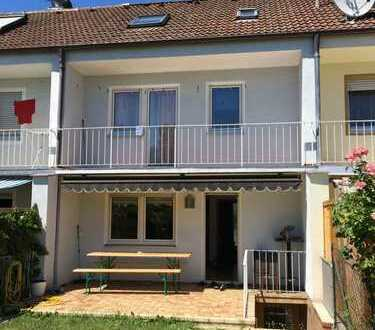 KNIPFER IMMOBILIEN - Gepflegtes Reihenhaus  mit Garten und Garage in Augsburg-Lechhausen  zur Miet