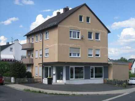 Pegnitz: Zentral gelegenes 3-Familienhaus mit Gewerbeeinheit, Doppelgarage und Bauland.
