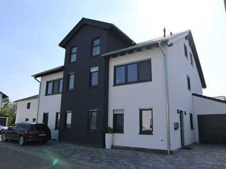 Schöne, geräumige Doppelhaushälfte mit fünf Zimmern in Lingenfeld ( Kreis Germersheim )