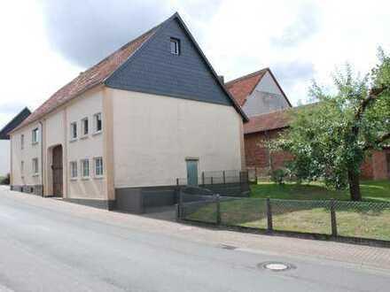 Ein/Zweifamilienhaus mit Tenne, Stall und großen Grünflächen