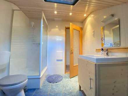 An gehobenen Anspruch: moderne 2,5-Z-Wohnung im DG eines 3-Fam-Hauses mit EBK & Klimaanlage & Garten