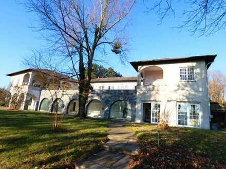 Luxuriöse Villa mit über 600m² Wohnfläche, Einliegerwohnung und Hallenbad