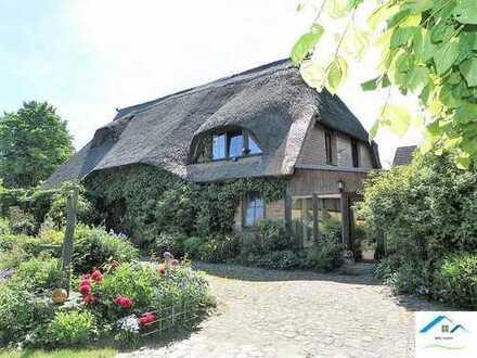 Reetgedecktes Wohnhaus in der eigenen Parkanlage mit Badeteich und 3 FeWo nahe der Ostsee
