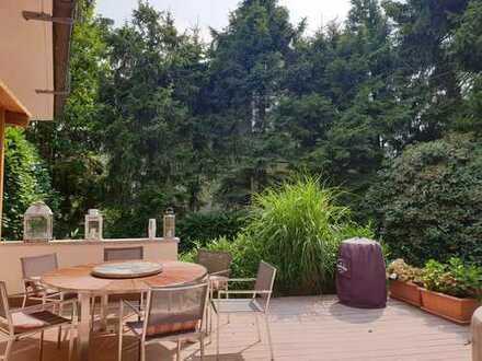 Liebevolles Haus in sonniger Lage! Ringsherum ein alter Garten, der bis heute seinen Charme bewahrt