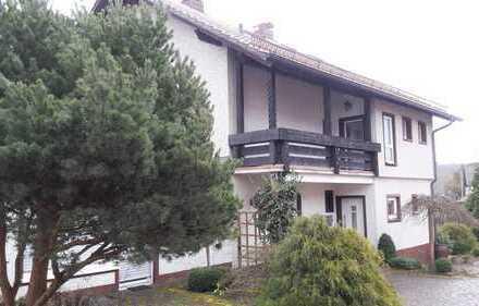 Großes Haus mit 3 Garagen und großem Garten; geeignet als Mehrgenerationen- oder Mehrfamilienhaus