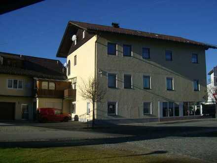 Geräumige Wohnung im OG in Wohn-Geschäftshaus: Aktuell in Sanierung!