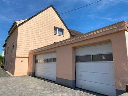 Wohnen und Arbeiten in einem Ein- bis Zweifamilienhaus mit drei Garagenstellplätzen!