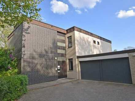 Wie ein Haus im Haus - hochwertig modernisierte 4-Zimmerwohnung mit Süd-Terrasse und eigener Garage