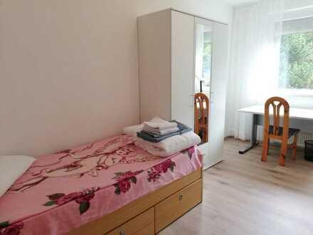 Biete möbliertes Zimmer (14qm) in einer Business-Wohngemeinschaft!