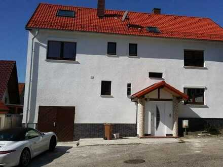 Schöne, helle und neu renovierte 2-Zimmer Dachgeschoss Wohnung im 2. OG