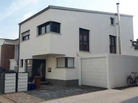 Neuwertige Doppelhaushälfte mit fünf Zimmern und EBK in ruhiger Lage