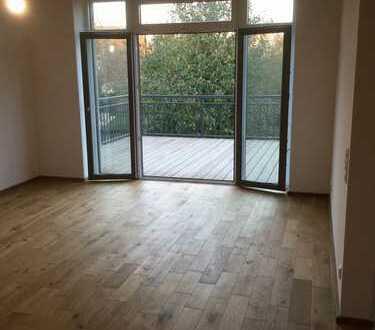 Neubau-Traum-Wohnung mit besonderem Charm, 6 Zimmer+offene Wohnküche, Büro, Balkon, Carport
