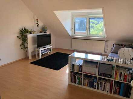 Sehr helle, sanierte Altbauwohnung mit großer Wohnküche!