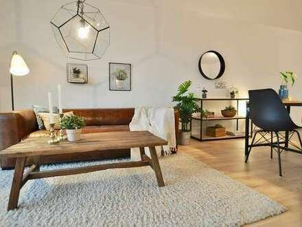 Großzügiges Wohnzimmer mit Ost-Balkon und schicker EInbauküche.