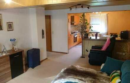 Dachgeschosswohnung in gepflegter Doppelhaushälfte