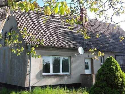 Kleine Doppelhaushälfte im Grünen mit Potential