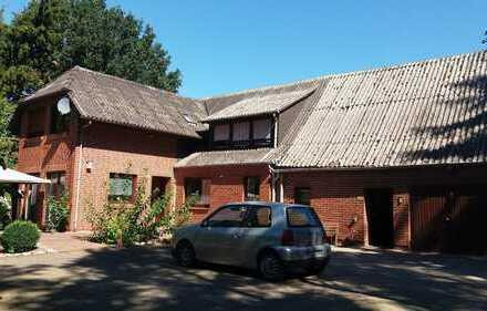 Ein bis Zwei Familienhaus mit 1,5 ha Land direkt am Haus und Stallungen