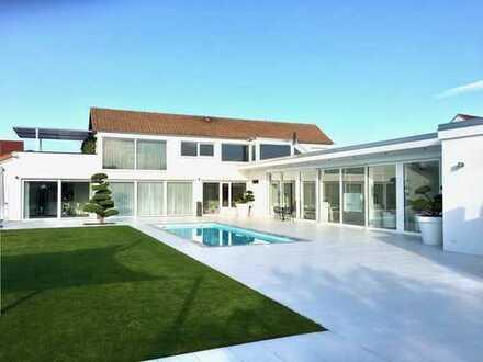 Villa/Zweifamilienhaus zzgl Gewerbeeinheit, uneinsehbarer großer Garten mit Pool