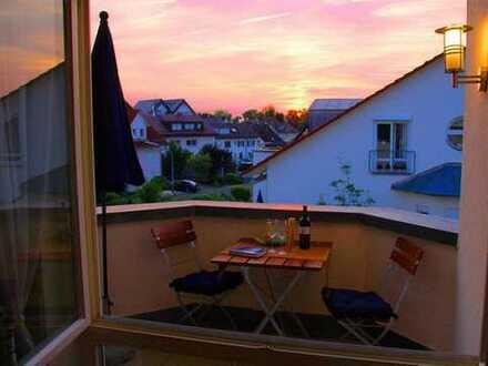 Lichtdurchflutete neuwertige 2-Zimmer-DG-Wohnung mit Balkon, voll möbliert, in Langenargen