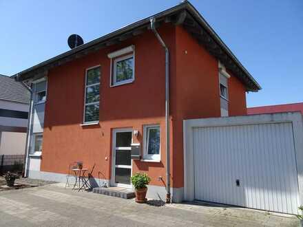 Modernes Wohnen im freistehenden Einfamilienwohnhaus mit Garage
