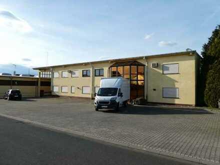 AUMÜLLER - Immobilien - Repräsentatives Bürogebäude mit angrenzender großer Halle und zwei Kränen
