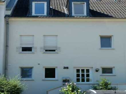 Trierweiler-Fusenich, modernes Reihenhaus mit kleinem Garten und Terrasse