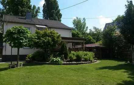 freistehendes Zweifamilienhaus in idyllischer Lage mit Garten und Garage