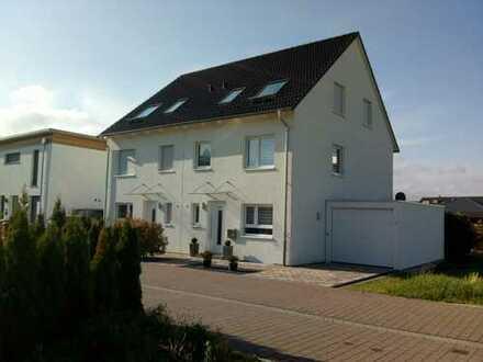 Neuwertige und großzügige Doppelhaushälfte im Neubaugebiet in Iffezheim.