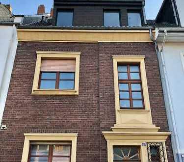 Schicke und komplett renovierte DG-Wohnung mit EBK in Stadtwaldnähe