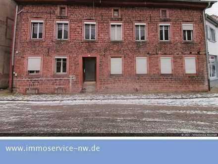 Sanierungsbedürftiges Mehrfamilienhaus mit viel Potential in Bestlage von Lambrecht