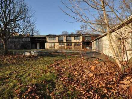 Bad Muskau: Wohngrundstück mit unsanierten Aufbauten