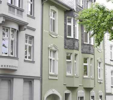 Neuwertiges 2-Zimmer DG-Apartment in stilvollem Altbau * mit Loggia u. kl. EBK