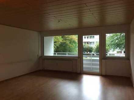 Top ausgestattete 2,5-Zimmer-Wohnung mit Einbauküche, Balkon und Rollläden