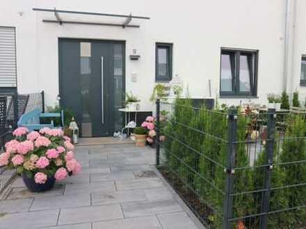 Neubau, schickes Reihenmittelhaus mit Einbauküche, Terrasse, Garten m. Gartenhäuschen + 2 Carport