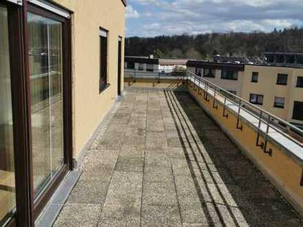 Frisch sanierte 3-Zimmer-Wohnung mit toller Aussicht, 2 Tiefgaragenstellplätzen, 16 m² Hobbyraum