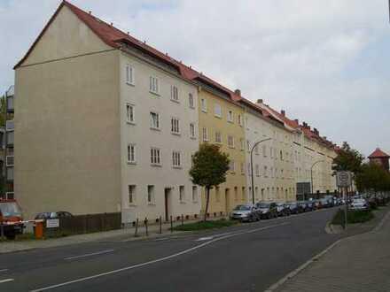 Mieter für 2-Raum-Wohnung mit Balkon und grünem Hof gesucht