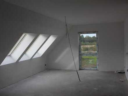 Erstbezug: Helle Dreizimmerwohnung mit Balkon, Einbauküche und Carport