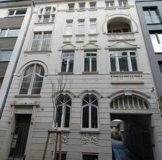 Bonner Altstadt, beste Lage: Sehr schöne 3-Zimmer-Altbauwohnung im Baudenkmal, Balkon, Einbauküche