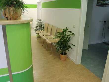 Modernes, helles Büro mit Teeküche, Stellplätzen und Aufzug