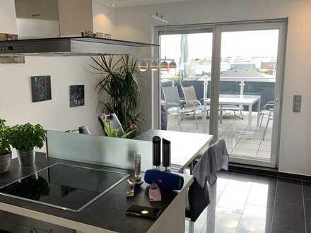 Neuwertige Penthouse Wohnung mit fünf Zimmern sowie Terasse und EBK in Mannheim