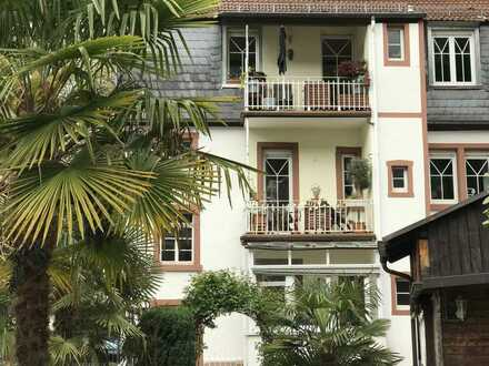 Traumhafter, sanierter Altbau mit verglasten Balkon und mediterranem Garten sucht neuen Mieter.