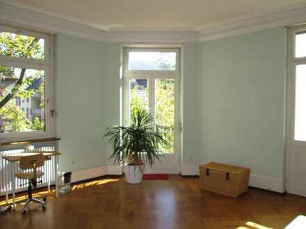 Wiehre mit Balkon, Parkett-Boden und Stuckdecke, 30 qm, möbliert